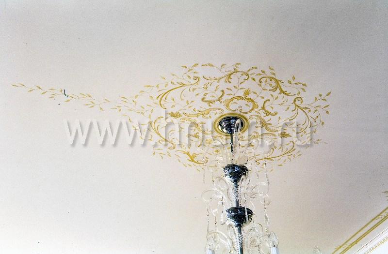 Художественная роспись потолка и лепнины в классическом стиле в квартире