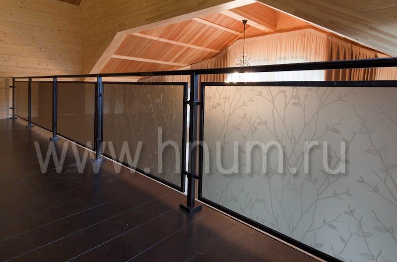 Лестничные и балконные ограждения с декоративным пескоструйным стеклом - изготовление на заказ - витражная мастерская БМ ХНУМ