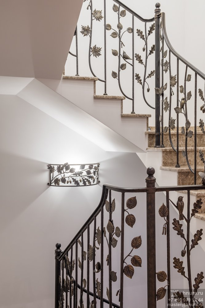 Кованые лестница, люстра и бра на природную тему в интерьерах загородного дома в Подмосковье - на заказ - кузнечная мастерская ХНУМ