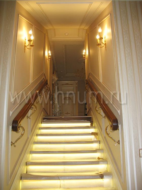 Лестница из дерева на бетонном основании с подсветкой ступеней и деревянным поручнем в многоуровневой квартире - изготовление на заказ - столярная мастерская БМ ХНУМ