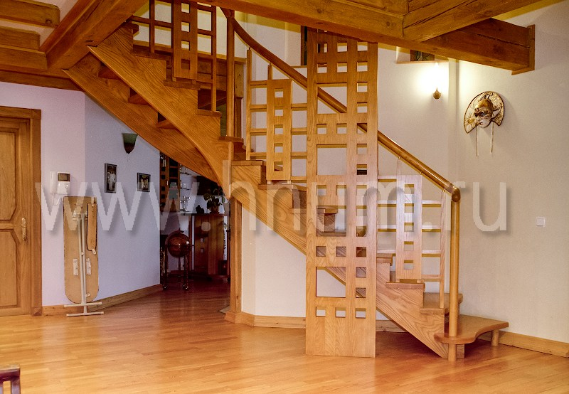 Лестницы деревянные на заказ на косоурах