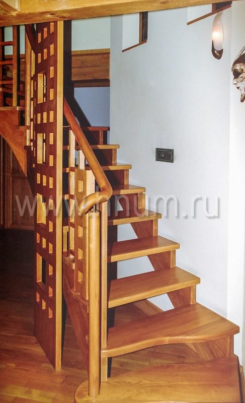 Деревянная лестница на косоурах индивидуального дизайна в загородном доме - изготовление на заказ - столярная мастерская БМ ХНУМ