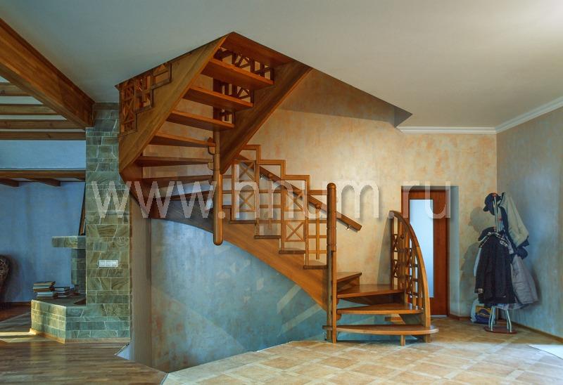 Деревянная лестница из массива на косоурах индивидуального дизайна в загородном доме-коттедже - изготовление на заказ - столярная мастерская БМ ХНУМ