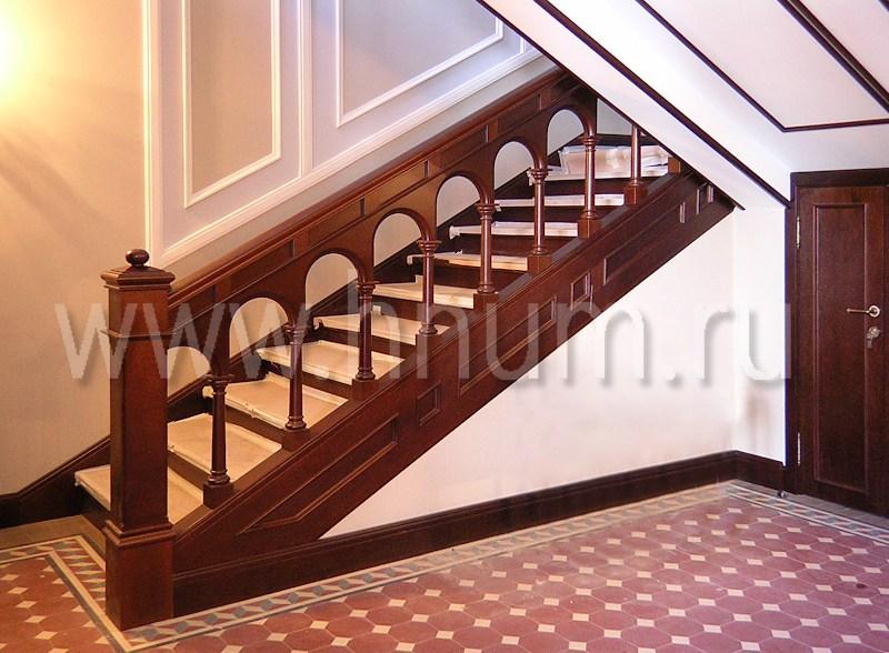 Лестница из массива дерева на бетонном основании в Сретенском монастыре в Москве - изготовление на заказ - столярная мастерская БМ ХНУМ