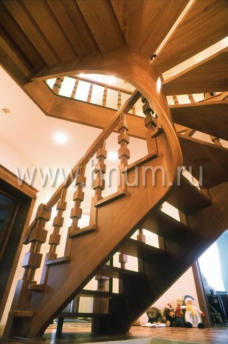 Лестница из дерева на винтовых косоурах в загородном доме - изготовление на заказ - столярная мастерская БМ ХНУМ