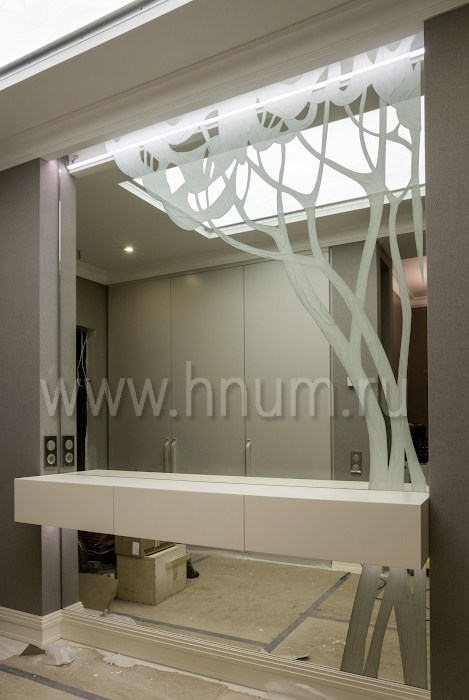 Декоративная глубокая пескоструйка зеркала и стекла потолочного плафона в холле квартиры - изготовление на заказ - витражная мастерская БМ ХНУМ