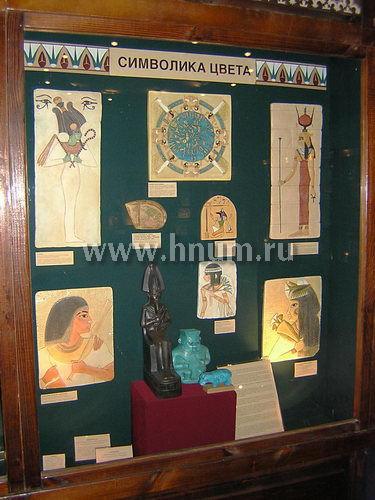 Статуэтки и рельефы в египетской экспозиции Школьного музея