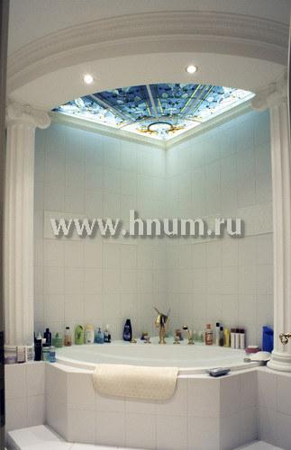 Витражный потолок плафон с объёмными скульптурными элементами в ванной в частной квартире