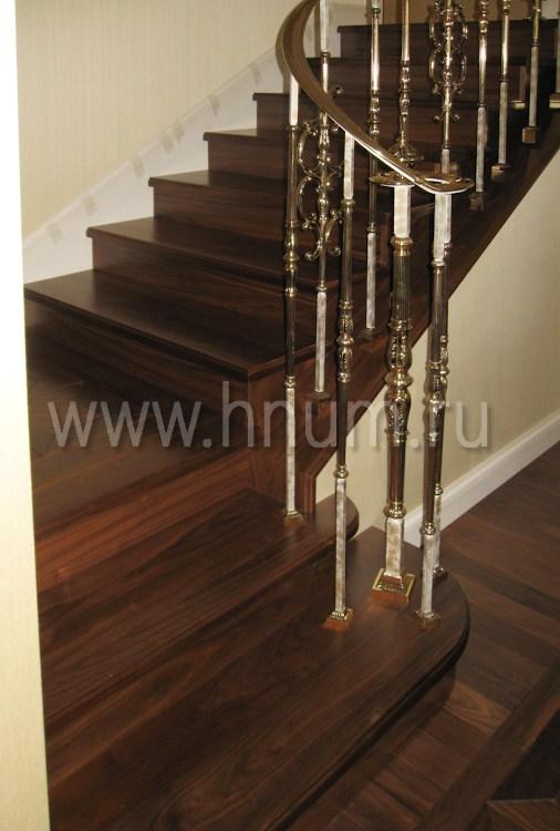 Лестница из дерева на бетонном основании в квартире - изготовление на заказ - столярная мастерская БМ ХНУМ