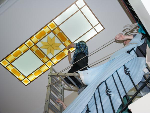 Монтаж витража на объекте на потолке - изготовление витражей - заказать, купить