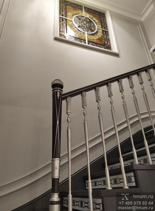 Витражное межкомнатное окно на лестнице в двухуровневой квартире - на заказ - витражная мастерская ХНУМ