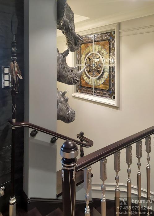 Витражное межкомнатное окно на лестнице в двухуровневой квартире - витражная мастерская ХНУМ