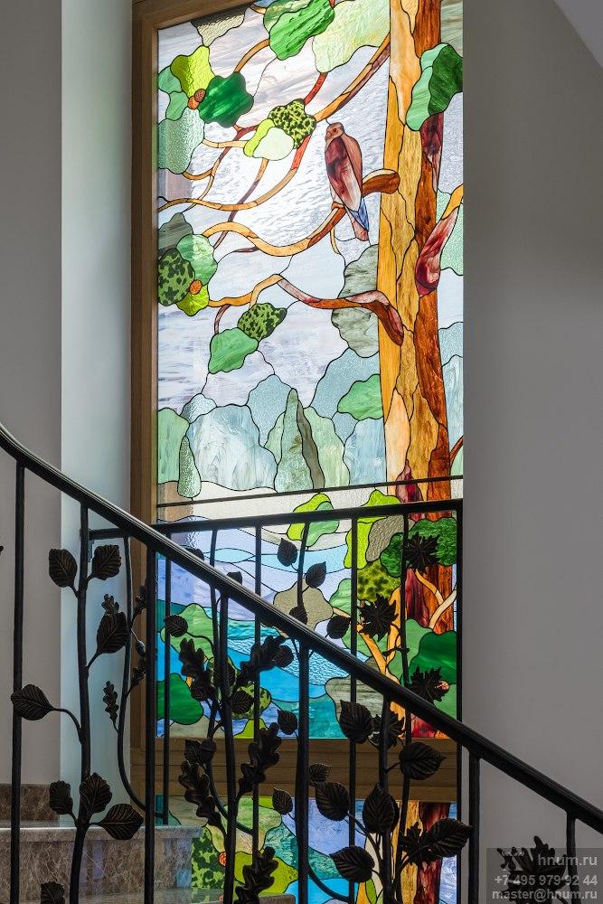 Витражное окно на лестницу на природную тему в загородном доме в Подмосковье - на заказ - витражная мастерская ХНУМ