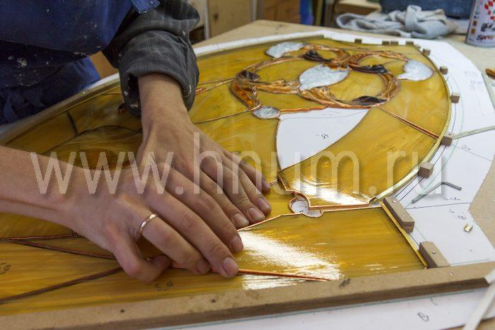 Изготовление большого витражного потолка с рельефными объёмными элементами из литого стекла - на заказ - витражная мастреская БМ ХНУМ