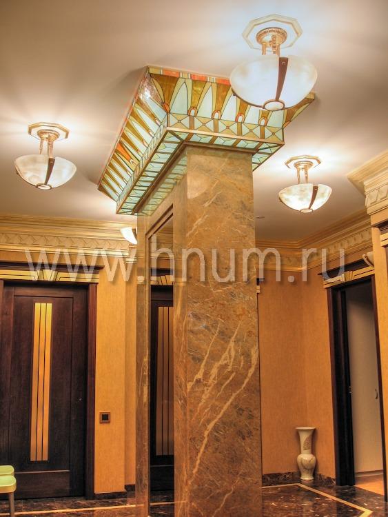 Витражный плафон-капитель в стиле Ар-Деко в холле квартиры в Москве - изготовление витражных потолков и плафонов на заказ