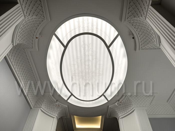 Плафон на потолок с пескоструйным рисунком на матовом стекле в парадном холле квартиры в Москве - изготовление витражных потолков на заказ