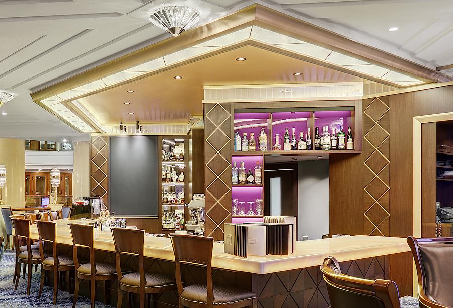 Витражый плафон над барной стойкой в лобби-баре отеля Марриотт Ройал Аврора - витражная мастерская ХНУМ