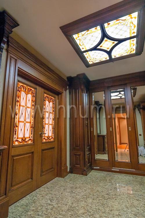 Витражный потолок плафон с объёмными стеклянными элементами в парадном холла квартиры в Москве - изготовление витражных потолков на заказ