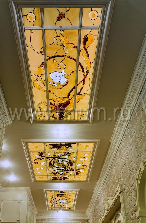 Витражные потолочные плафоны парадного коридора - изготовление витражных потолков на заказ