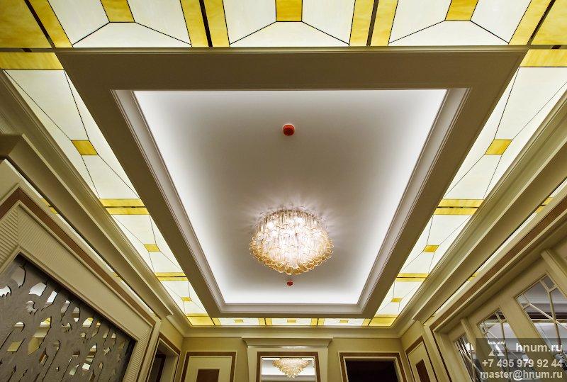 Витражный потолок-вставка в подвесном потолке в парадном холле московской квартиры - изготовление витражных потолков на заказ